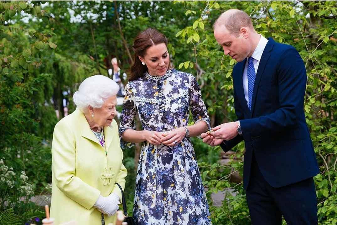 Los duques de Cambridge con la reina Isabel II de Inglaterra © kensingtonroyal