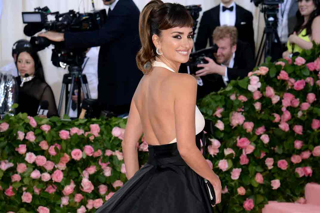 Penélope Cruz se apunta a la moda del flequillo postizo