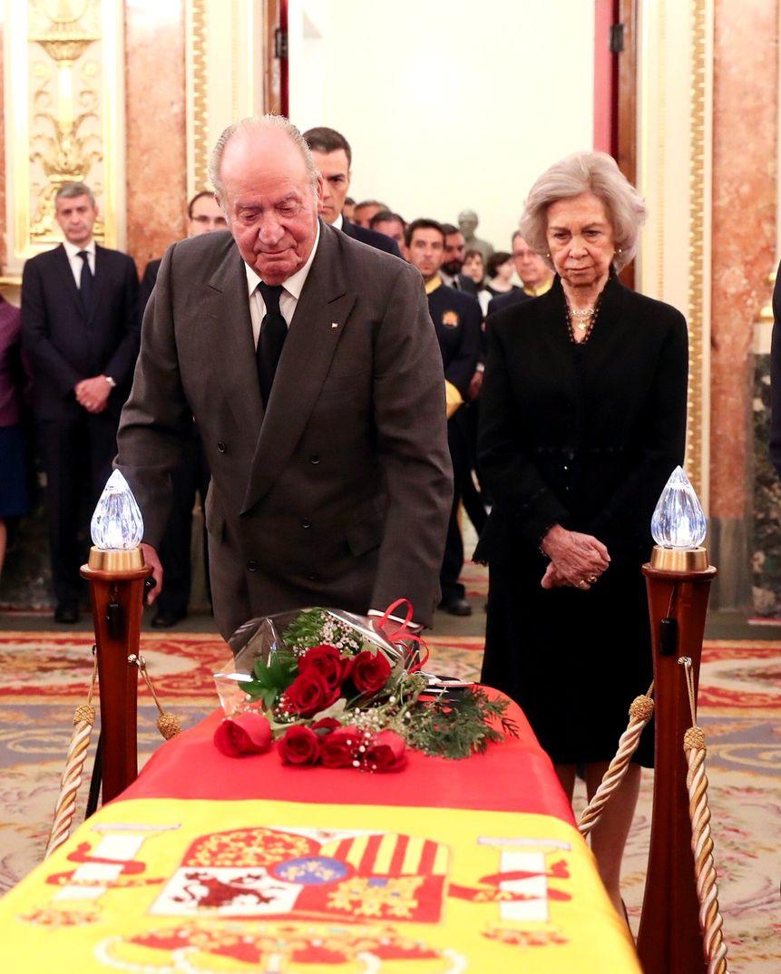 Reyes don Juan Carlos y doña Sofía - Capilla Ardiente Alfredo Pérez Rubalcaba © Casa S.M. El Rey