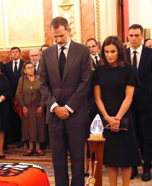 Los Reyes, muy emocionados, en su último adiós a Alfredo Pérez Rubalcaba