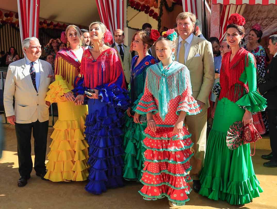 Reyes Guillermo y Máxima de Holanda con sus hijas en la Feria de Abril