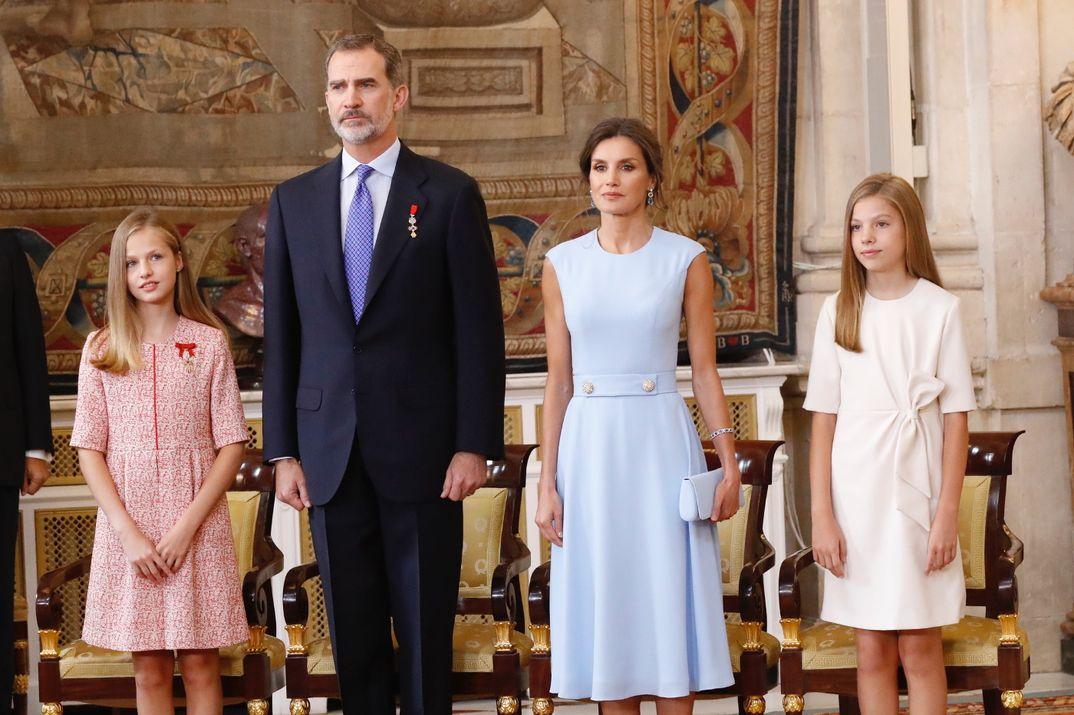 Reyes Felipe y Letizia con la princesa Leonor y la Infanta Sofía - Acto de imposición de condecoraciones de la Orden del Mérito Civil © Casa S. M. El Rey