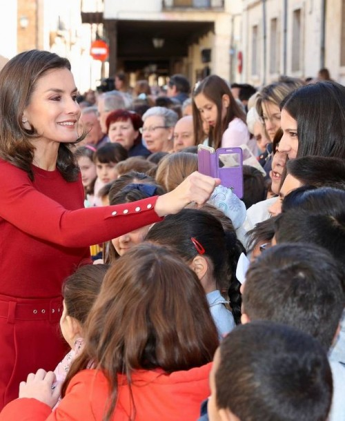 La reina Letizia triunfa de nuevo vestida de rojo