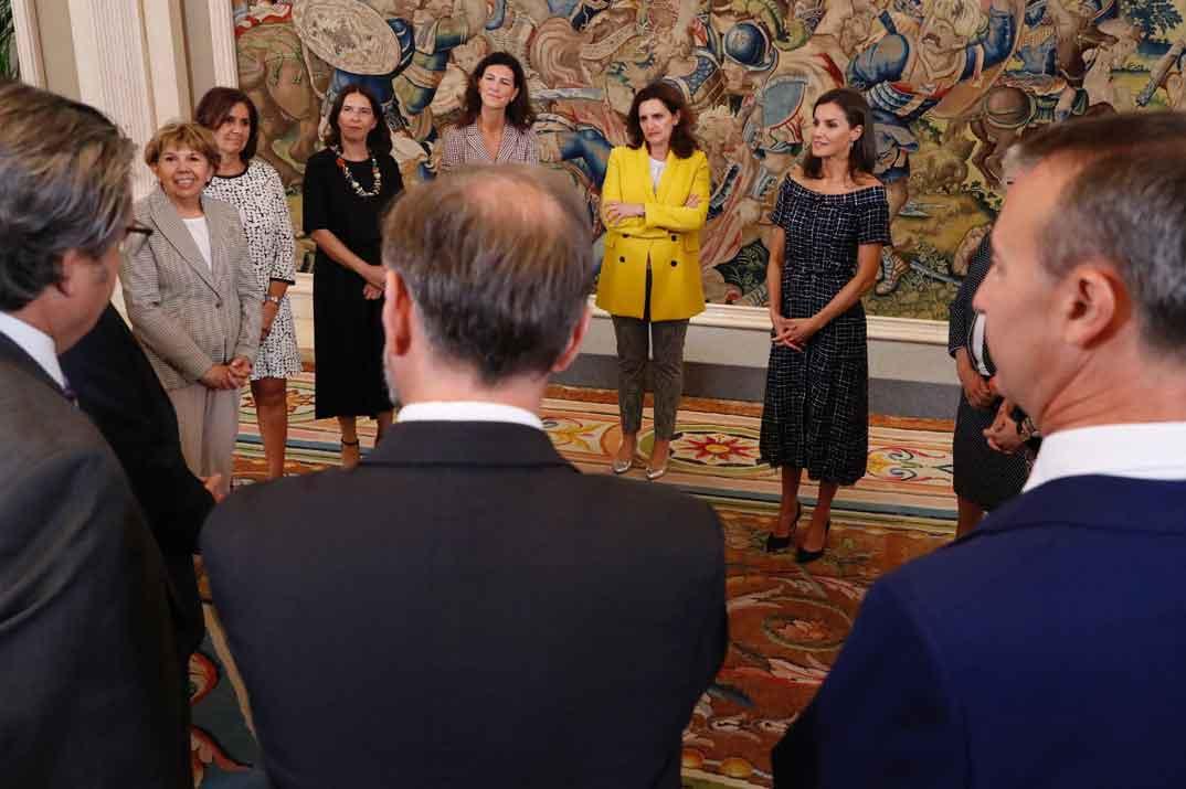 La Reina junto a una representación de las personas que han participado en la realización del proyecto Womennow © Casa S.M. El Rey