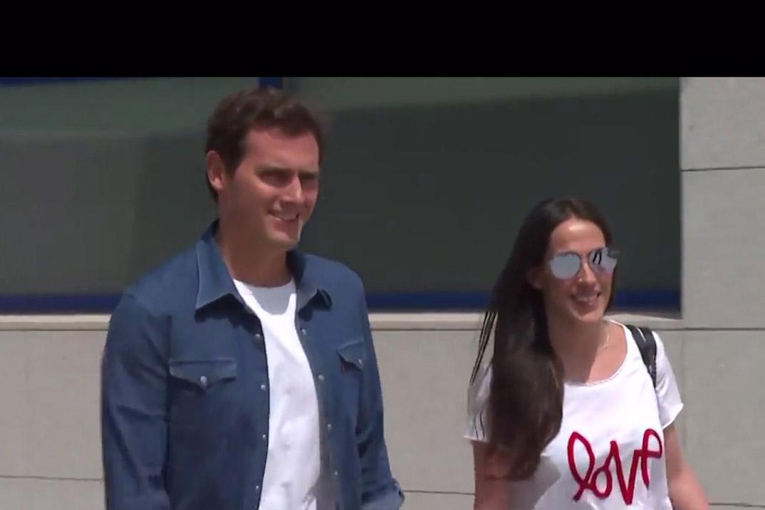 Albert Rivera abandona el hospital acompañado de su novia Malú