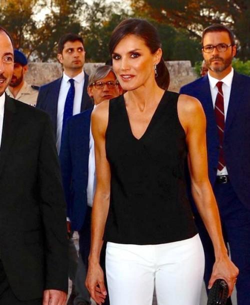 El perfecto look en blanco y negro de la reina Letizia