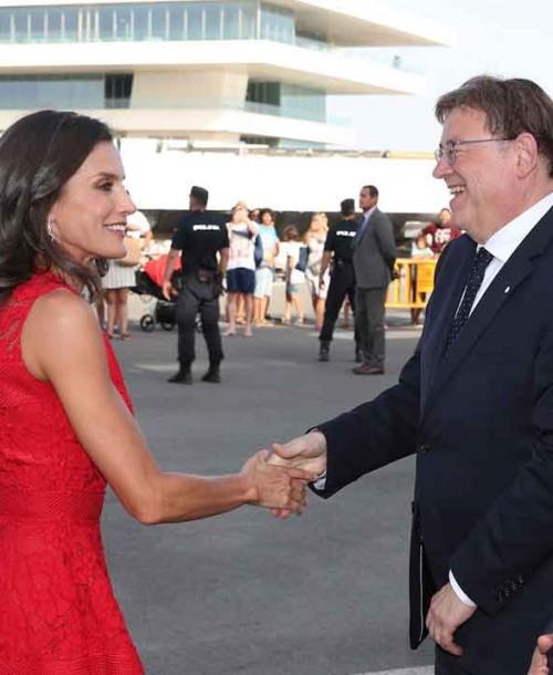 La reina Letizia apuesta, de nuevo, por el rojo y por Carolina Herrera