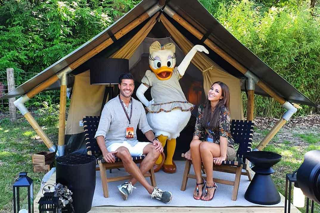 Paula Echevarría y Miguel Torres se divierten como niños en Disneyland París