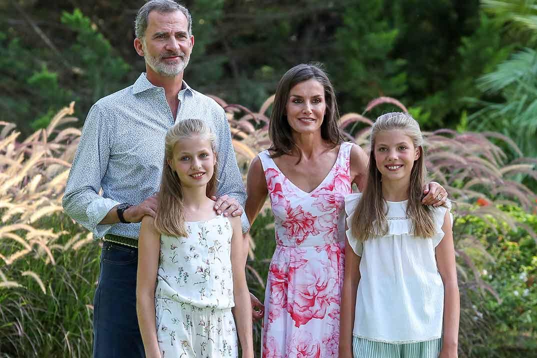 La princesa Leonor y la infanta Sofía eclipsan a sus padres en el tradicional posado de verano