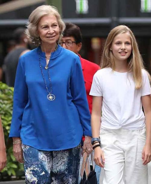 La reina Letizia con sus hijas y doña Sofía disfrutan de una tarde de cine en Mallorca