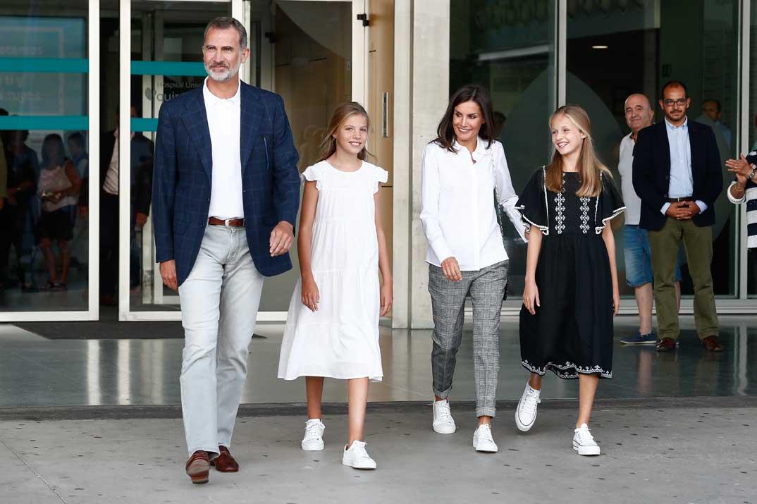 Reyes Felipe y Letizia con sus hijas, la princesa Leonor y la infanta Sofía
