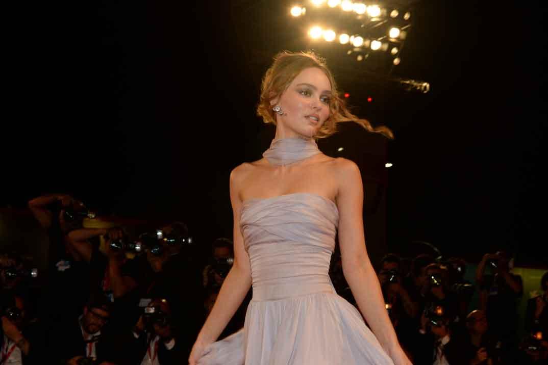El perfecto look millenial de Lily-Rose Depp en Venecia