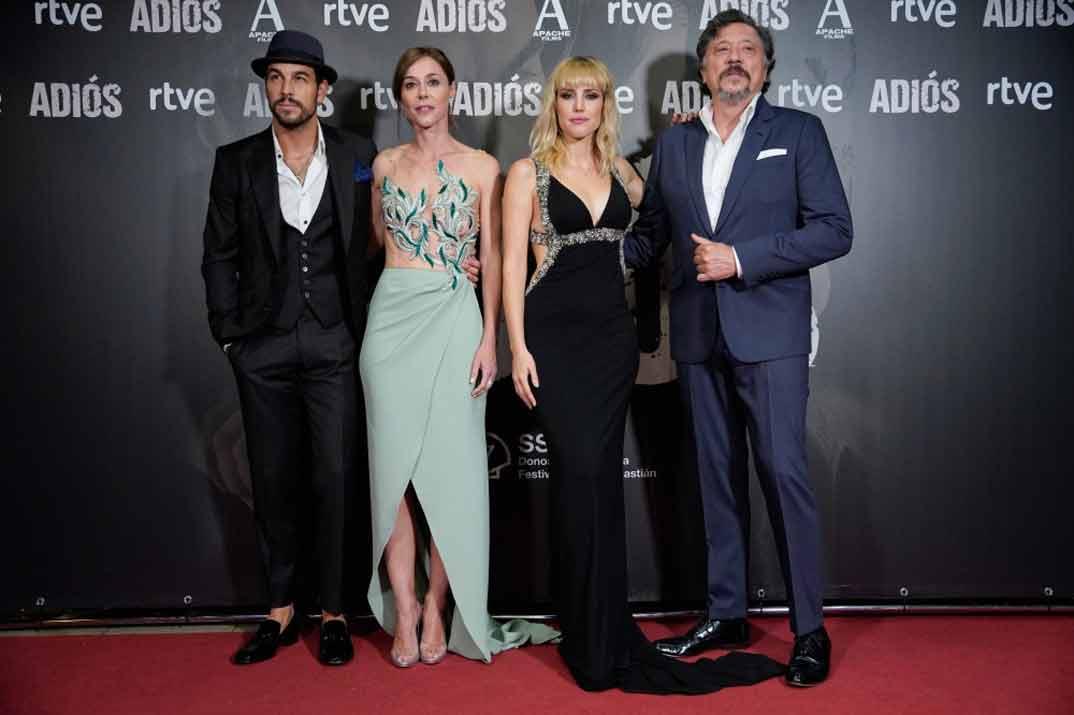 Mario Casas, Natalia de Molina, Ruth Díaz y Carlos Bardem - Adiós © Festival de Cine de San Sebastián