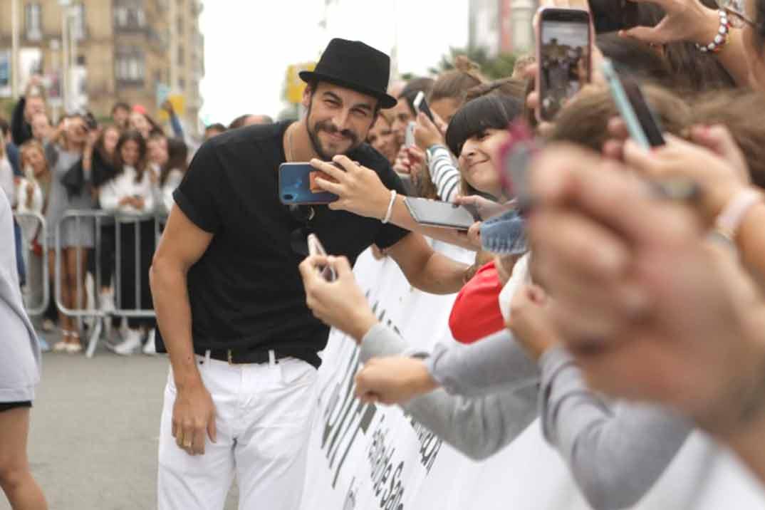 Mario Casas desata la locura en San Sebastián