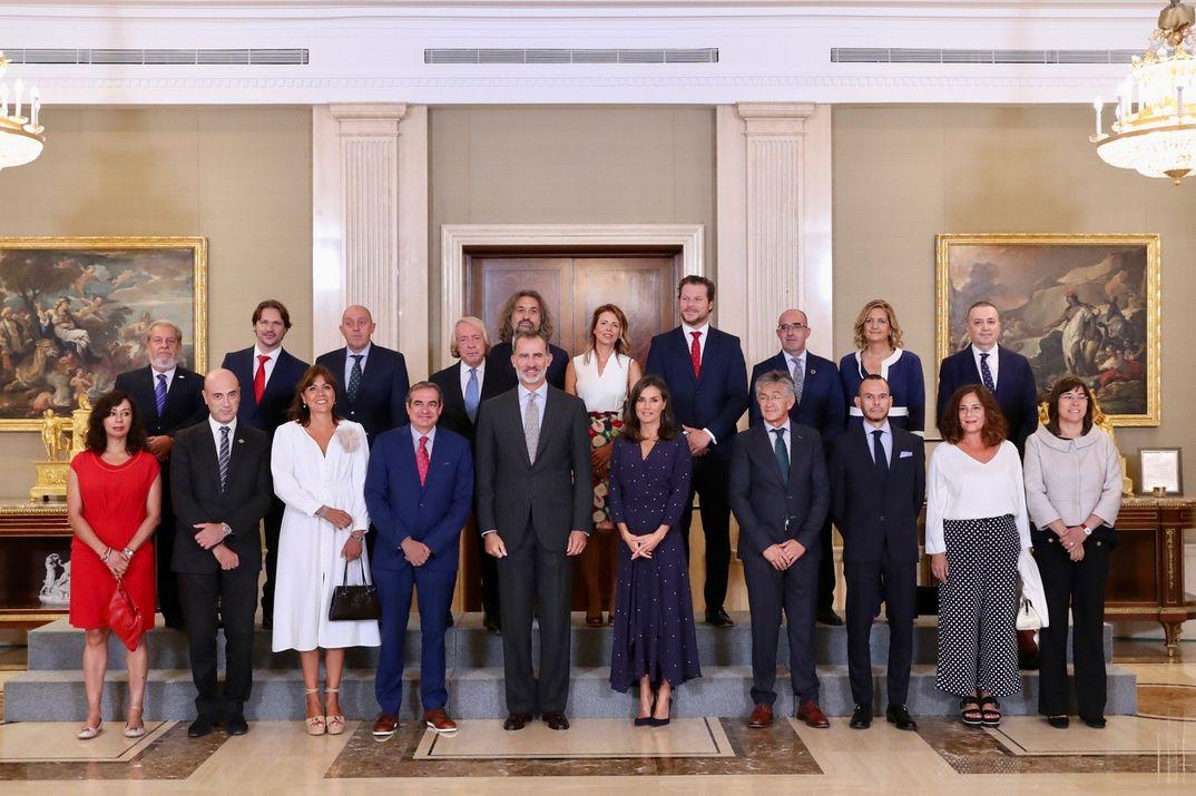 Los reyes Felipe y Letizia con la Junta Directiva de la Academia de las Ciencias y las Artes de Televisión © Casa S.M. El Rey