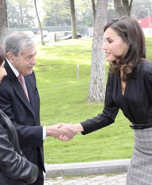 La reina Letizia recupera su falda midi con cuadros Príncipe de Gales
