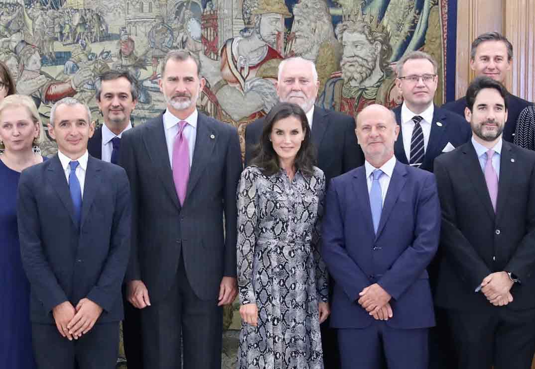 La reina Letizia recupera su vestido con print de serpiente