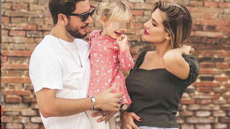 Manuel Carrasco y Almudena Navalón con la pequeña Chloe © Instagram