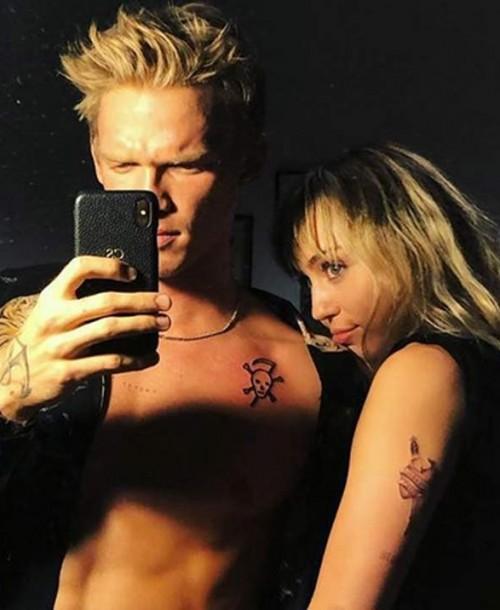 Miley Cyrus se hace un tatuaje con su nuevo chico, Cody Simpson