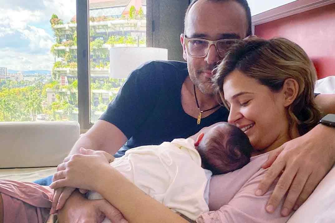 Risto Mejide y Laura Escanes posan, por primera vez, con la pequeña Roma