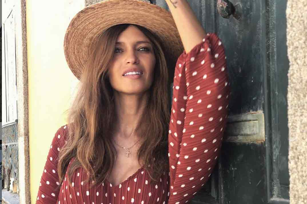 Sara Carbonero apuesta por la mejor combinación del otoño: vestido corto y botas cowboy