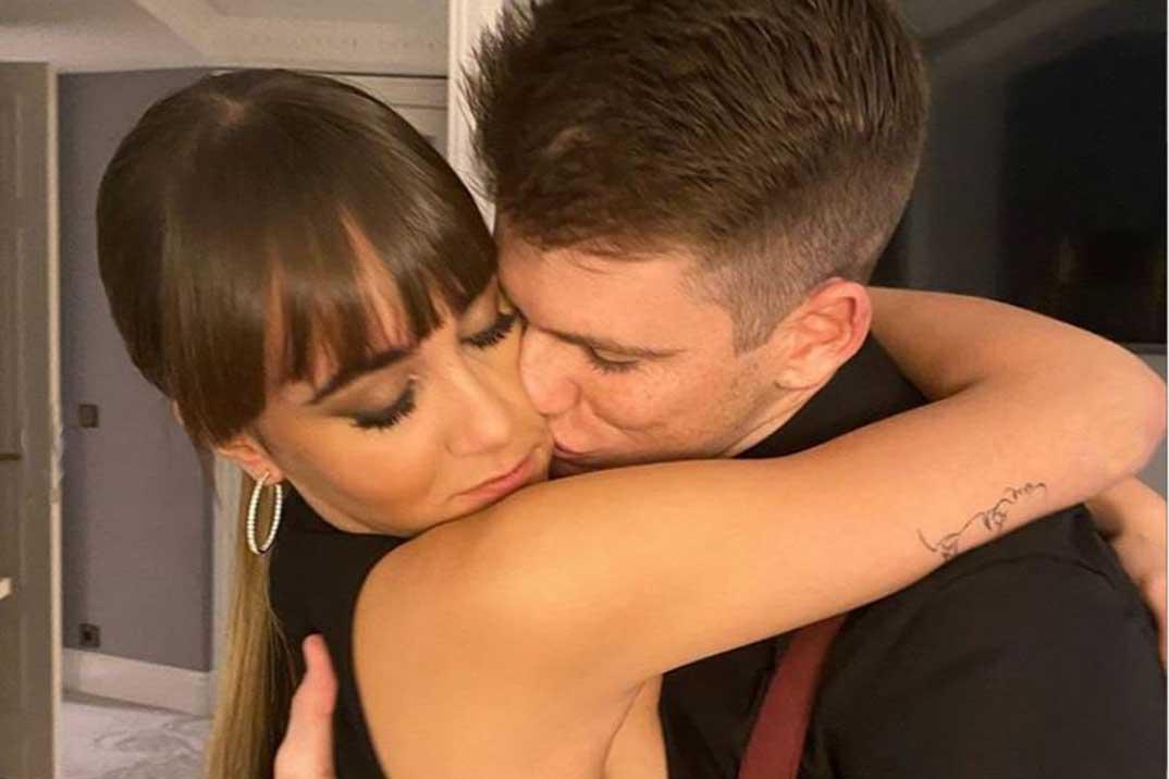 Aitana y Miguel Bernardeau se comen a besos