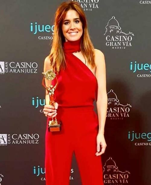 Isabel Jiménez recoge la Antena de Oro con el mono rojo perfecto