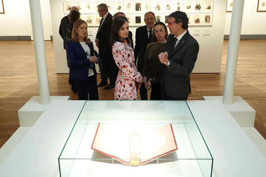 La reina Letizia en el Museo del Prado con un perfecto look otoñal