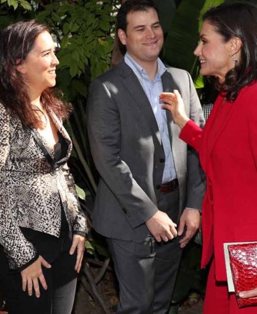 La reina Letizia recupera su traje rojo en Barcelona