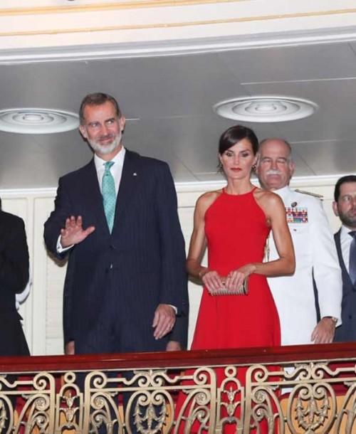 La reina Letizia apuesta por el rojo en su primera noche en Cuba