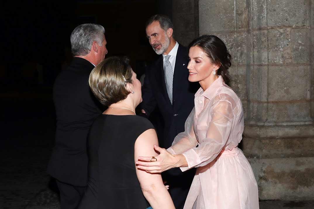 La reina Letizia estrena vestido con transparencias en Cuba
