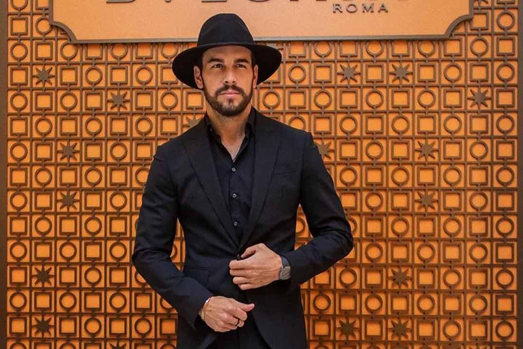 Mario Casas desvela el misterio de su sombrero
