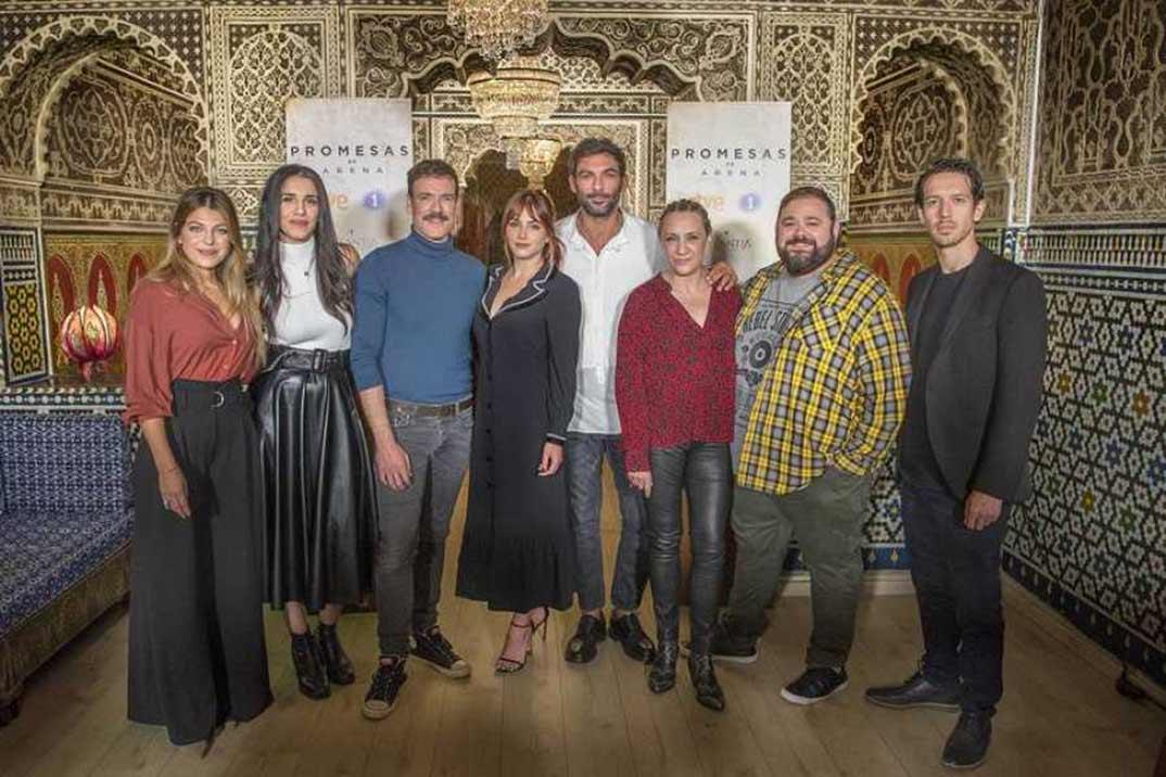 Andrea Duro, Daniel Grao, Francesco Arca y Blanca Portilllo con sus compañeros de reparto - Promesas de arena © RTVE