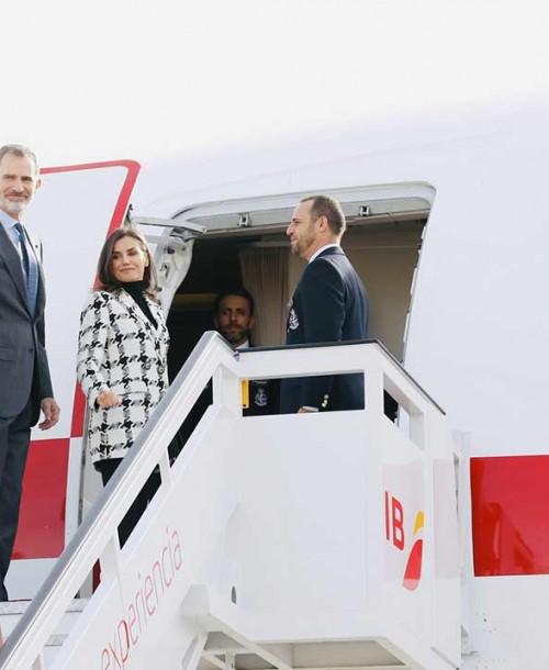 La reina Letizia comienza su viaje a Cuba con un perfecto look otoñal