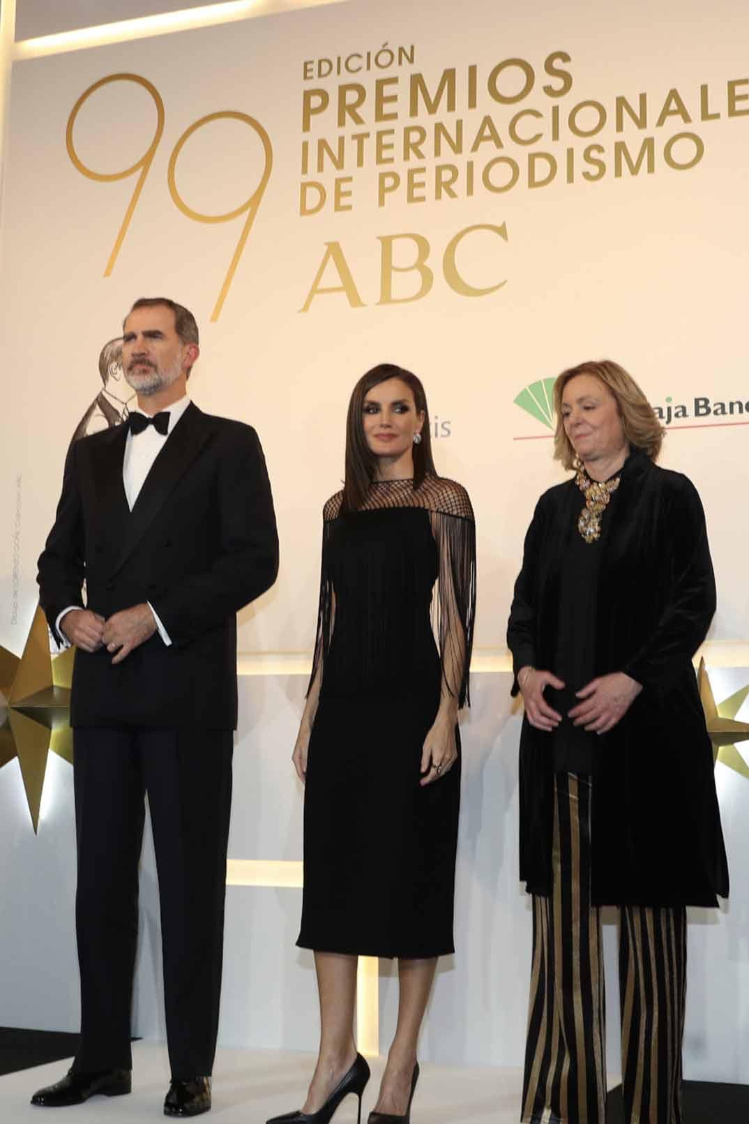 Don Felipe y Doña Letizia antes de entregar los galordones a los premiados junto a Catalina Luca de Tena, presidenta y editora de ABC © Casa S.M. El Rey