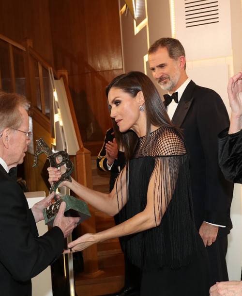 El original vestido de flecos de la reina Letizia en los Premios Mariano de Cavia