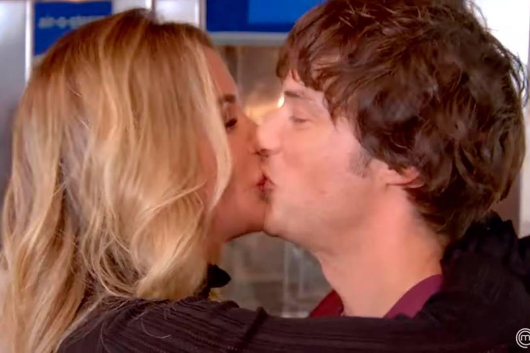 El romántico beso de Jordi Cruz y su novia en la final de MasterChef Jr