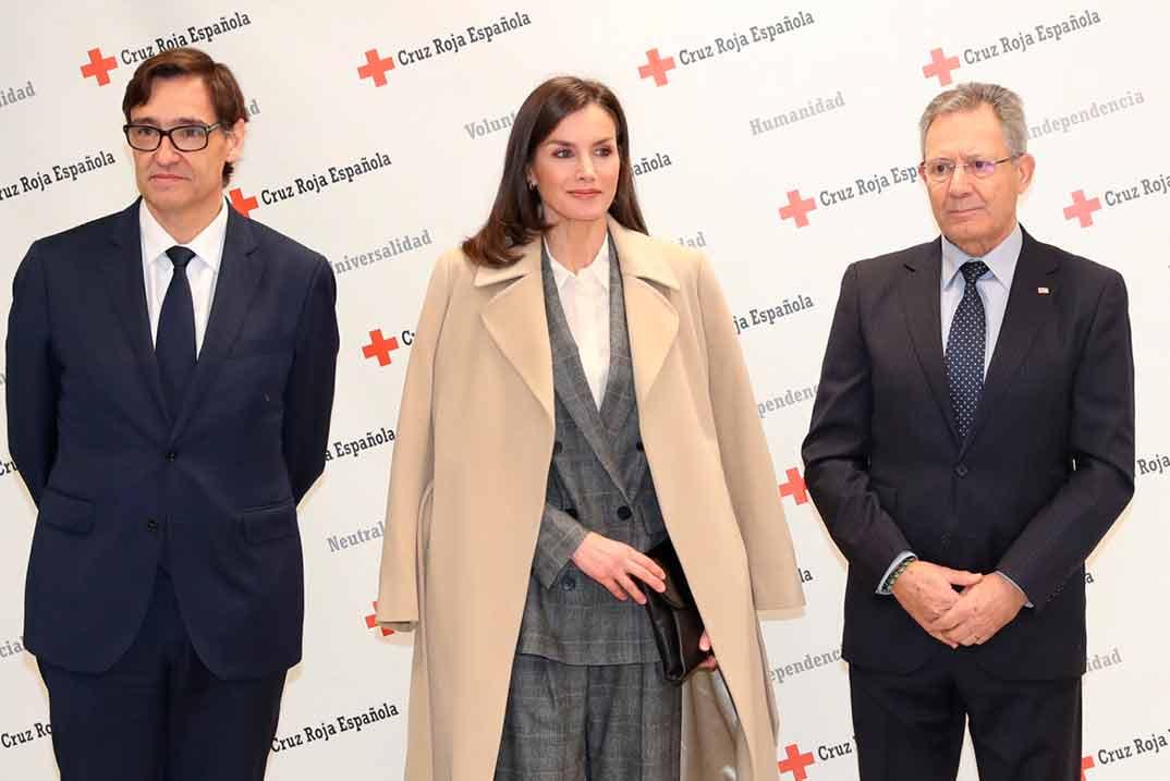 La reina Letizia apuesta por  un look de estilo masculino