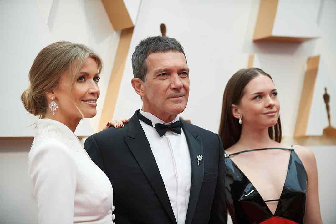 Nicole Kimpel, Antonio Banderas y Stella del Carmen - Oscars 2020 © A.M.P.A.S.