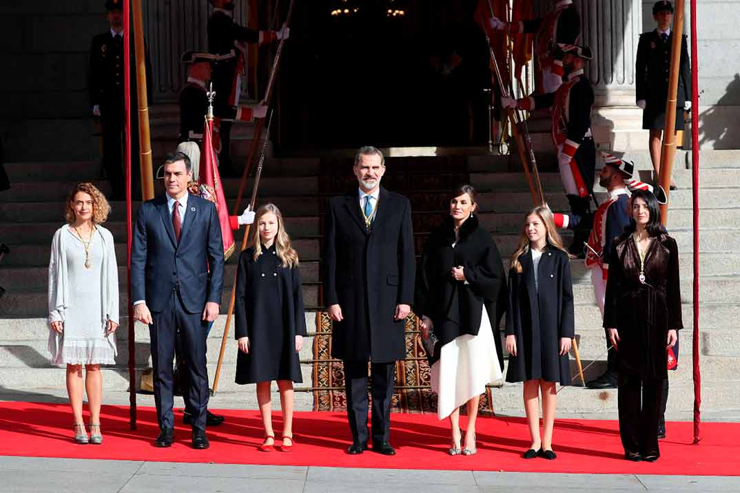 La princesa Leonor y la infanta Sofía asisten a la apertura de las Cortes con los Reyes Felipe y Letizia