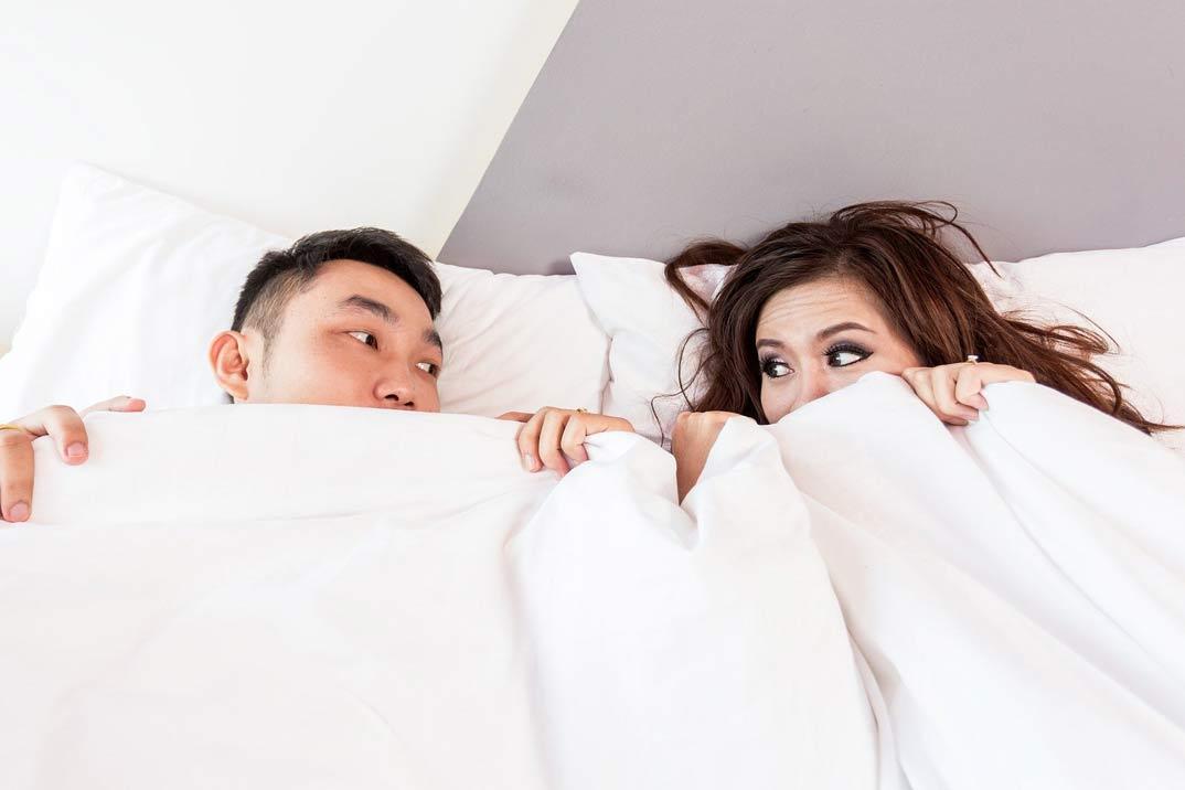 pareja-tabues-cama