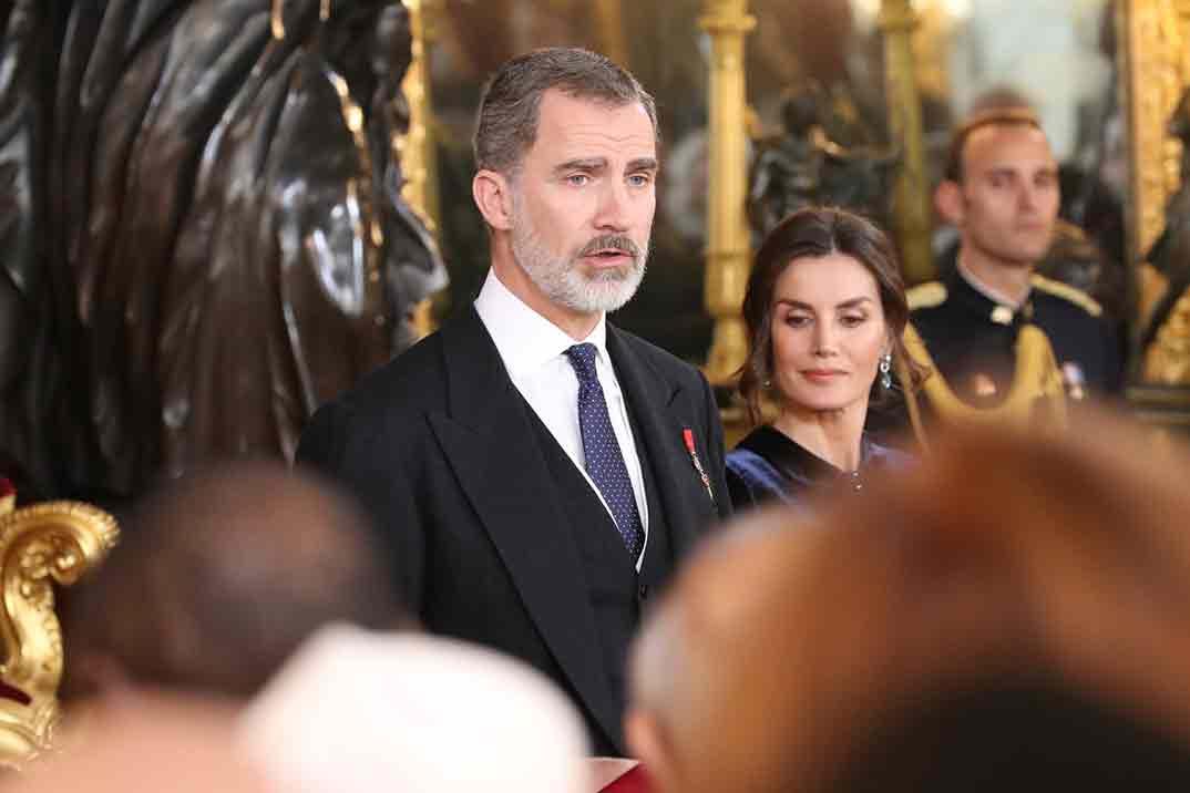 La elegancia de la reina Letizia con un look de terciopelo azul