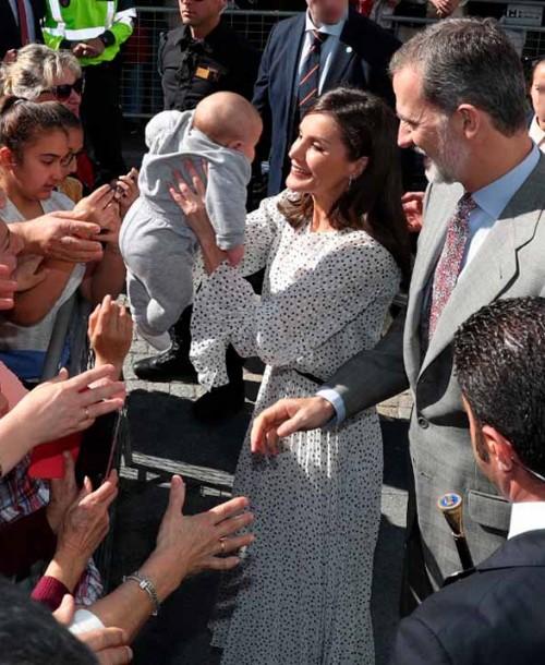 La reina Letizia apuesta por los lunares para visitar a la Virgen del Rocío