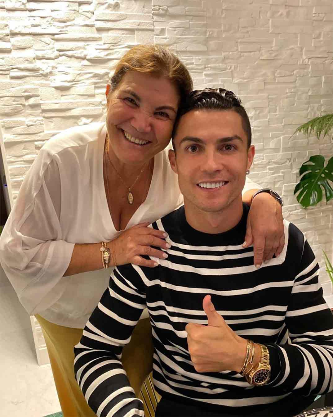 Cristiano Ronaldo muy criticado por regalarle un coche a su madre de 100.000€