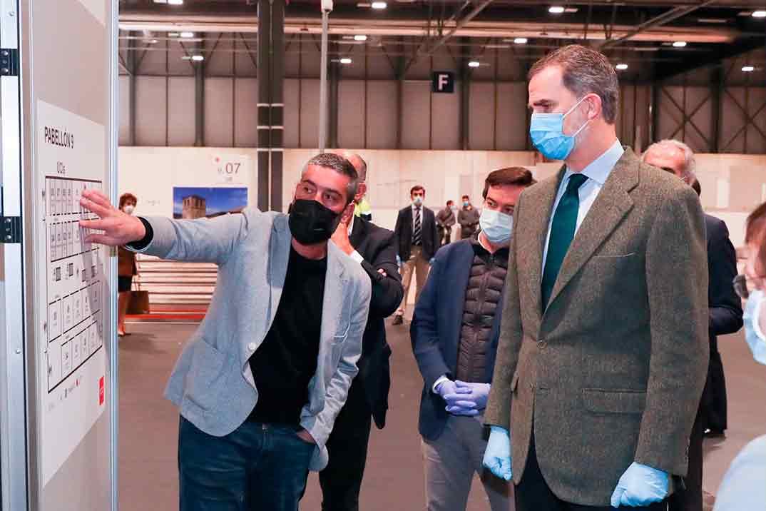 El rey Felipe visita el hospital de emergencia en el recinto Ferial de IFEMA
