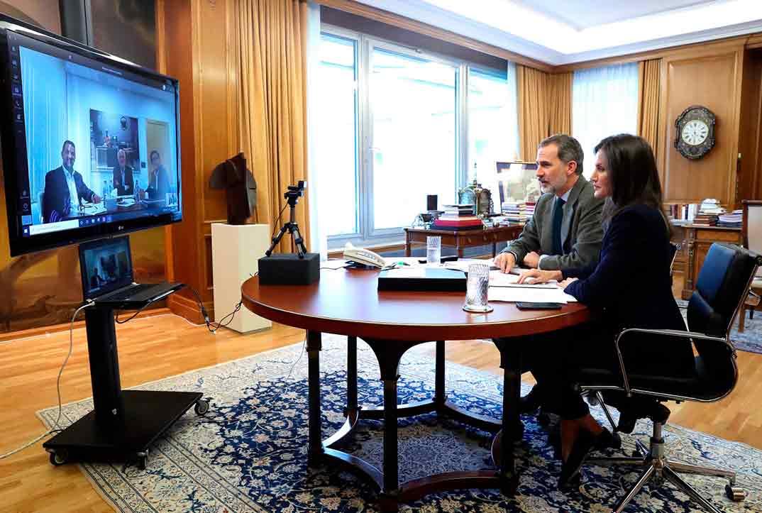 Los reyes Felipe y Letizia durante la video conferencia con el presidente de Mercadona, Juan Roig © Casa S.M. El Rey