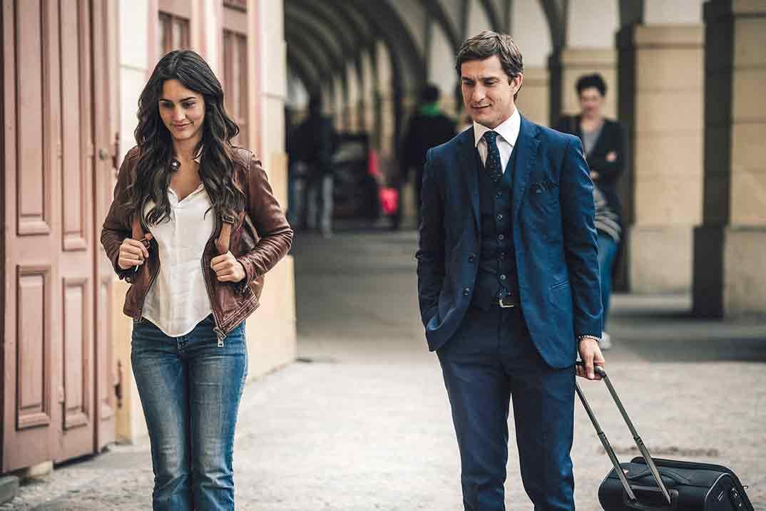 Megan Montaner y Alessandro Tiberi - Lejos de ti - Capítulo 1 © Mediaset