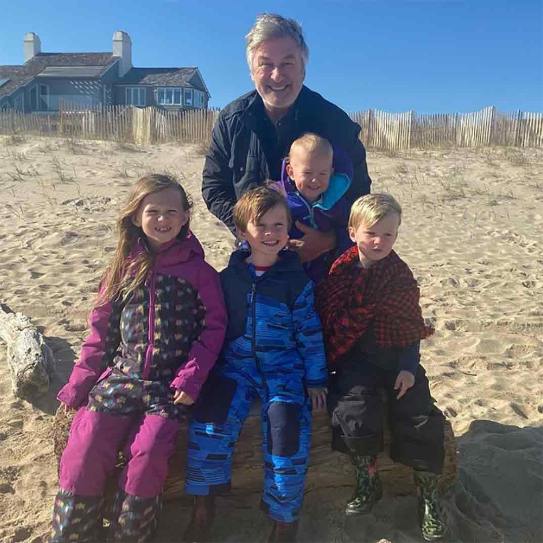 Alec Baldwin junto a sus cuatro hijos © Instagram