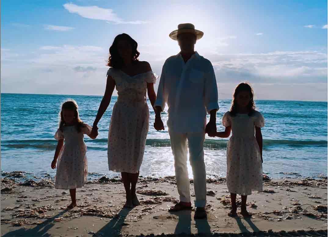 Bruce Willis y Emma Heming con sus hijas © Instagram