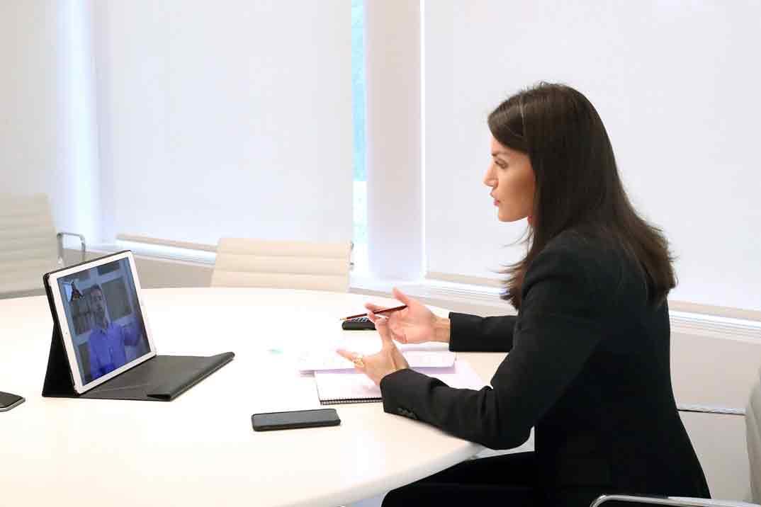 Reina Letizia - Videoconferencia con el presidente de la Federación de Asociaciones de Personas Sordociegas de España © Casa S.M. El Rey
